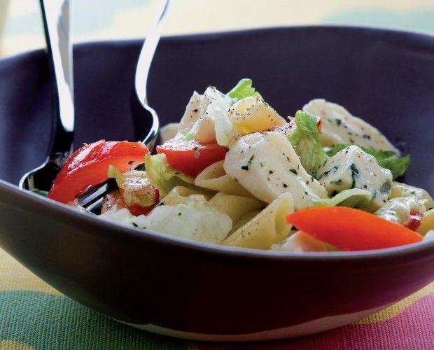 Primo de saison, la salade de penne aux fromages est un plat savoureux qui associe à merveille les fromages typiques de l'Italie au camembert et fromage hollandais. Une salade de pâtes très agréable à déguster lors d'un pique-nique en été.  => http://www.gusto-arte.fr/recettes/salade-de-penne-aux-fromages/