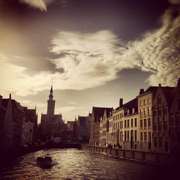 Kunstschilder Jan van Eyk laat een fraai standbeeld na aan het water in Brugge #beautiful #brugge #water #love #cute #sky #clouds - @marcel_tettero- #webstagram