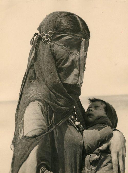 Madre Beduina (Bedouin Mother), photo: Ilo Battigeli, 1948    #Fashion #Women #Mother