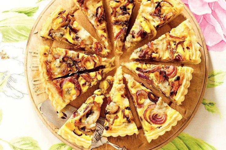 10 februari - Uien in de bonus - Een hartige taart met gesmolten Gorgonzola. De verschillende soorten ui maken er een vrolijk geheel van - Recept - Uienquiche - Allerhande