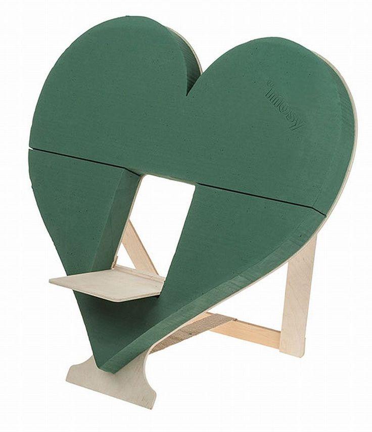 Die Urne wird auf die Stellfläche, vor das mit Blumen geschmückte Herz, platziert. Das Herz mit Ständer ist Mittelpunkt der Blumendekoration während der Beerdigung/Beisetzung.