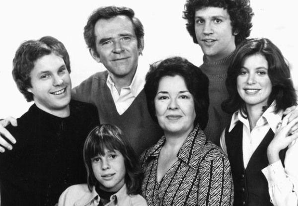 Cast of FAMILY 1976 ( Kristy McNichol, Gary Frank, James Broderick, John Rubenstein, Elayne Heilveil. Sada Thompson in center in 1976