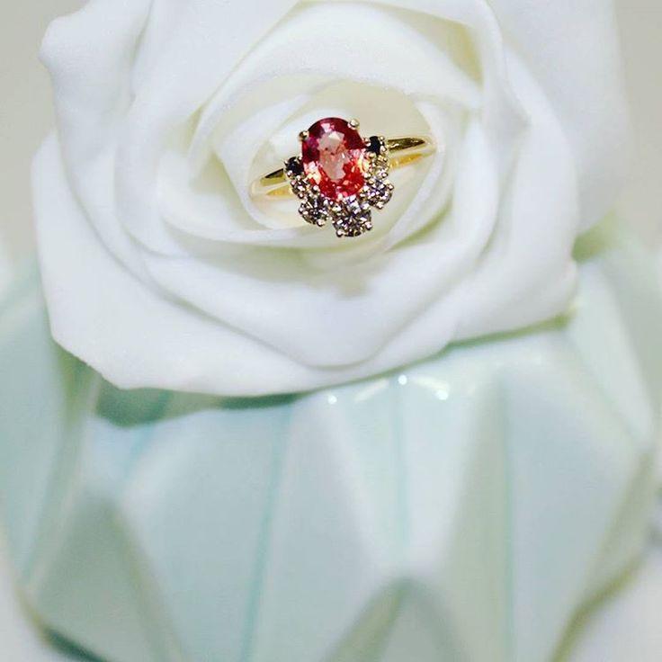 Ce joli retour de soleil nous donne envie de porter notre jolie bague Léna si pétillante et joyeuse en or jaune, diamants champagne et saphir pêche. #été  #sun  #fiancailles  #demande  #bague  #mariage  #mode  #diamant  #saphir  #artdeco  #bijoux  #diamant  #diamonds  #champagne  #saphir  #or  #baguedefiancailles  #madeinfrance  #creation  #surmesure  #engagement  #engagementring  #beautiful  #luxe  #femme  #joaillerie  #wedding  #bridal  #ring  #ringshot  #love  #highjewelry
