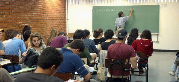 MEC prorroga prazo para renovação dos contratos do Fies até 29 de maio  MEC prorrogou para 29 de maio o prazo para os aditamentos do primeiro semestre de 2015 do Fundo de Financiamento Estudantil (Fies).