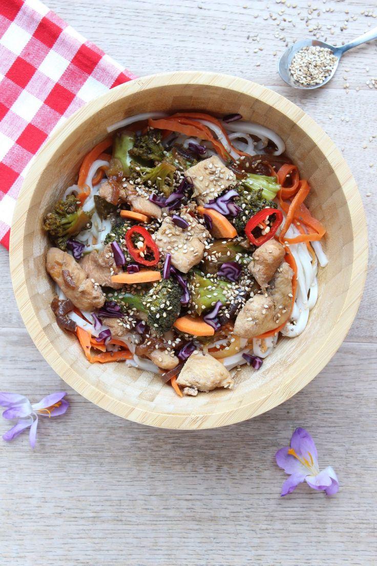 Recept voor onwijs lekkere noodles met kip, broccoli, wortel en sesamzaad