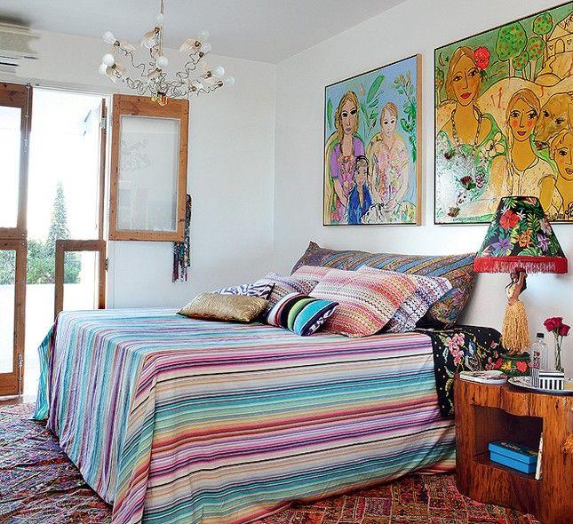 Sobre o tronco utilizado como mesa de cabeceira no quarto da estilista Adriana Barra, fica o abajur trazido do Havaí. A peça é uma das paixões da moradora