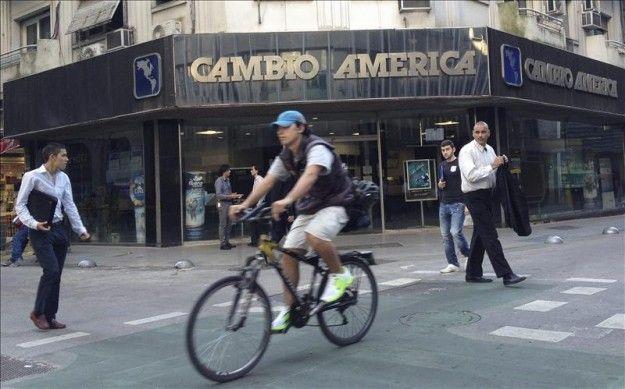 El peso argentino acelera su depreciación tras la propuesta de pago local de deuda
