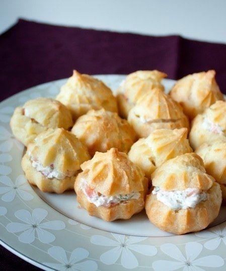 Фото к рецепту: Профитроли со сливочным сыром и лососем