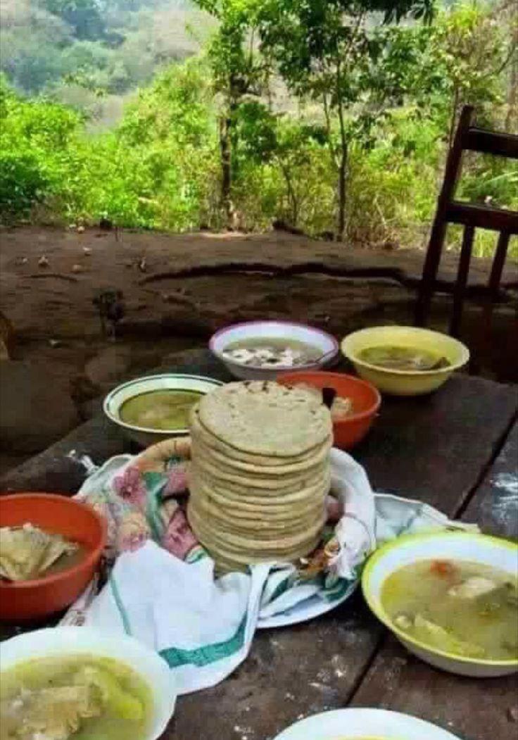 En la campiña Salvadoreña, asi es como se disfruta de un humilde almuerzo.