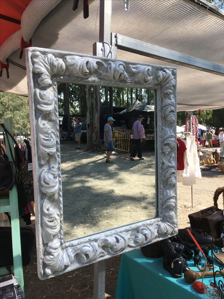 Antiguo marco de cuadro convertido en espejo con nuevo look.  Repurposed picture frame made into a mirror with a new look. By Alexsandra.
