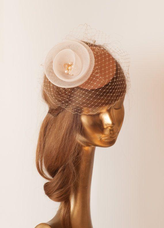 HOCHZEITSSUITE Kamel Bronze FASCINATOR mit Elfenbein Crin Blume. Hochzeit Mini Hut