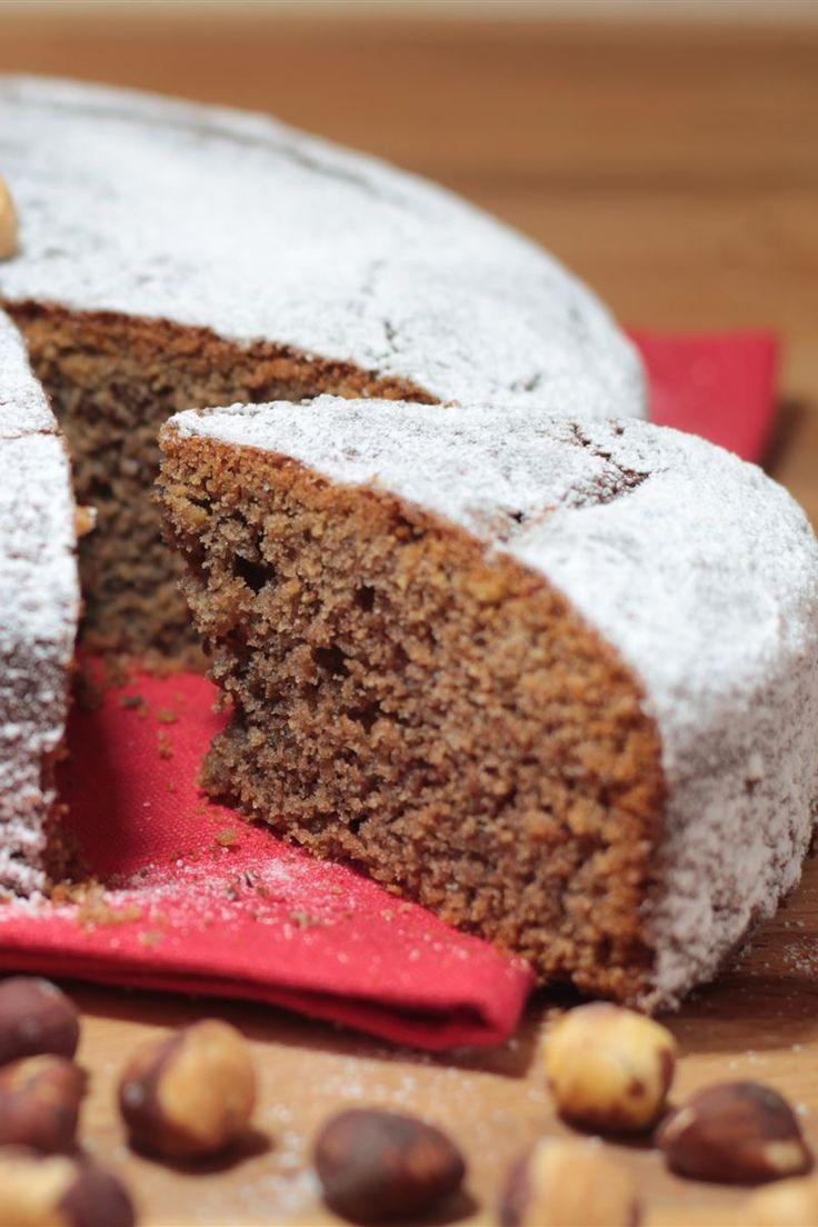 Soffice e leggera, la torta alle nocciole è un dolce semplice da preparare in casa adatto per la prima colazione o la merenda.  Con il suo buon profumo impossib