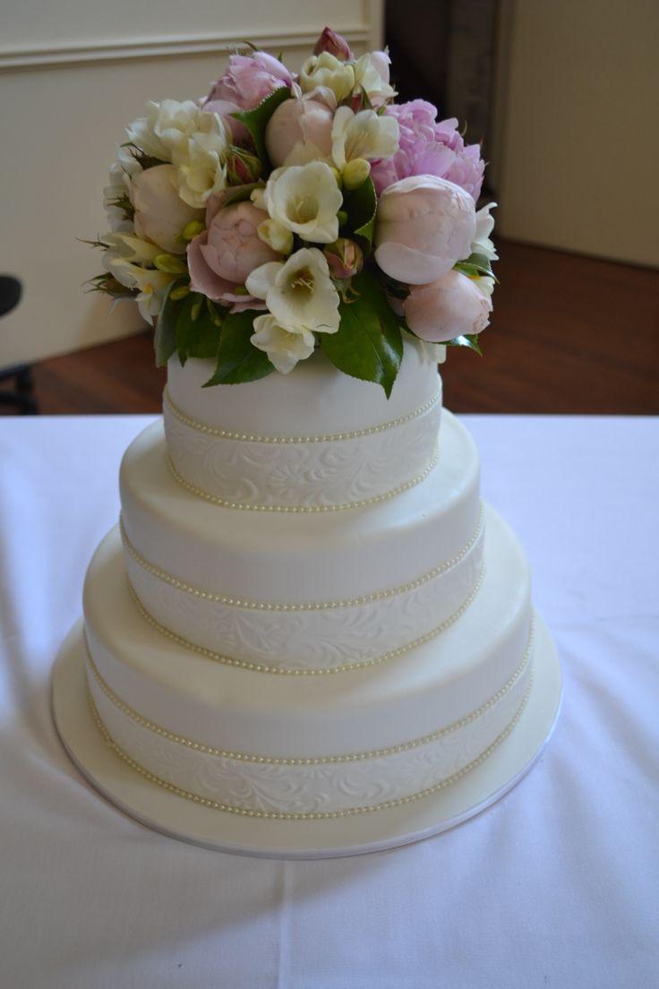Elegant Wedding cake with fresh flowers