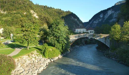 Cluses. Le vieux pont. http://www.gpps.fr/Guides-du-Patrimoine-des-Pays-de-Savoie/Pages/Site/Visites-en-Savoie-Mont-Blanc/Faucigny/Basse-vallee-de-l-Arve/Cluses