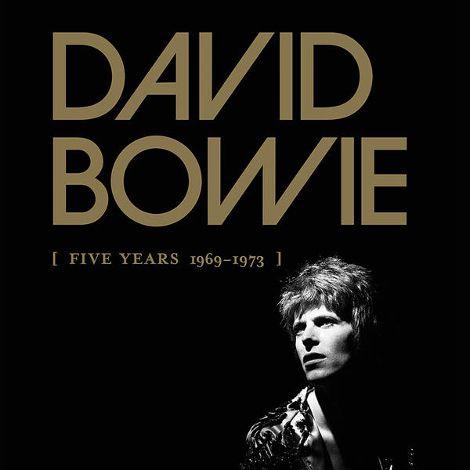 """Após a mara coletânea """"Nothing Has Changed"""" (2014), os fãs de David Bowie enlouquecerão pela box """"[Five Years 1969 – 1973]"""". A caixa, que poderá ser encontrada nos formatos CD, vinil e digital, é a primeira de uma série..."""