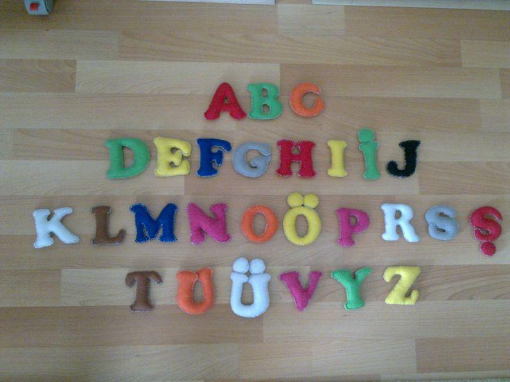 Keçeden içi dolgulu harfler.Üç boyutlu olduğu için çocukların rahatça öğrenimine katkıda bulunacak bir set.