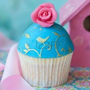 Cupcake versierd met een roze suiker rozen photo