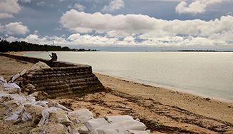 Portraits d'un monde ébranlé par le changement climatique. Kiribati.  Cet archipel perdu au milieu du Pacifique et menacé par la montée des eaux est devenu le symbole du changement climatique.