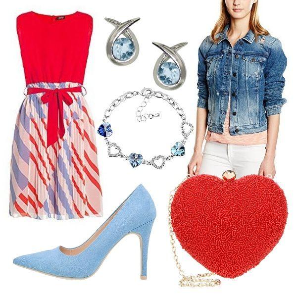 Outfit composto da abito con corpetto e cintura rossi e gonna plissettata a righe rosse e celesti, giubbotto di jeans, decolleté celesti, borsetta a forma di cuore rossa, orecchini e braccialetto con pietre acquamarina