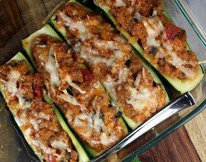 Кабачки фаршированные куриным мясом и овощами и запеченые с сыром, хороши как сами по себе, также ихможноподавать с отварным рисом и зеле...