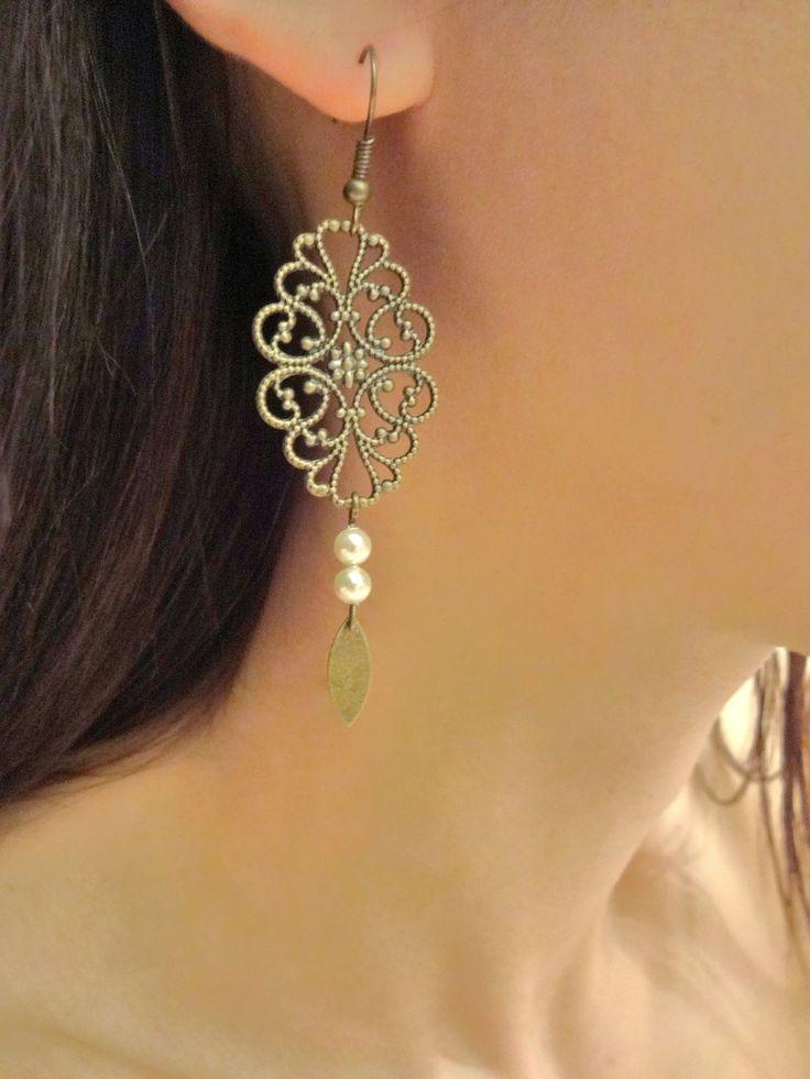 Boucles d'oreilles arabesques ajourées bronze et perles nacrée en cristal swarovsky crème perle : Boucles d'oreille par les-bijoux-d-aki