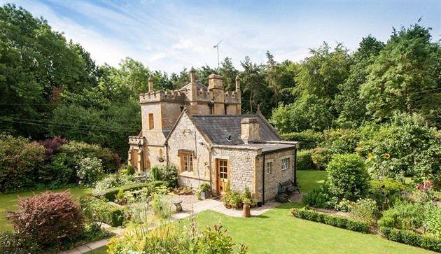Miniaturní hrad navržený architektem Buckinghamského paláce Edwardem Blorem stojí nedaleko obce Long Compton v anglickém Warwickshiru. Unikátní nemovitost s rybníkem a garáží je na prodej za 550 tisíc liber, v přepočtu 17,7 milionu korun.