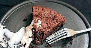 'Alle bør have en lille sort kage i deres kulinariske garderobe, og her skal du se min' skriver Hugh Fearnley- Whittingstall fra River Cottage om denne kaloriebombe.