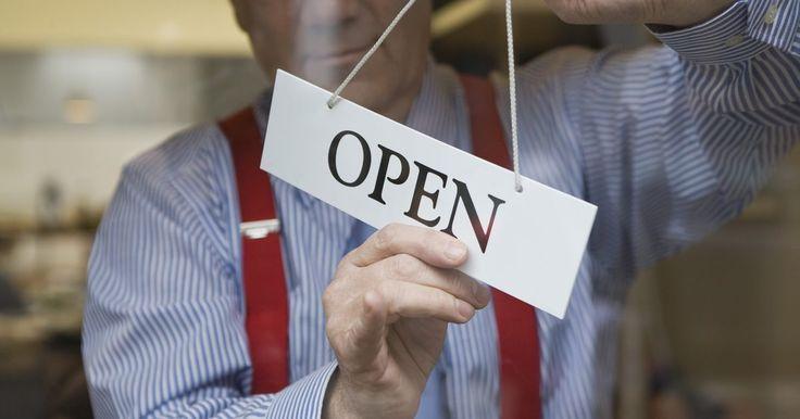Definición de propiedad comercial. Propiedad comercial es una clasificación de zonificación para la propiedad que se utiliza para una tienda, centro comercial o empresa de servicios. Bienes raíces es otro término que se usa de manera intercambiable con propiedad comercial.