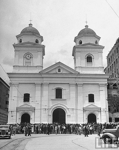 People attending Mass at Church of the Candelaria | by Alejandro Agudelo