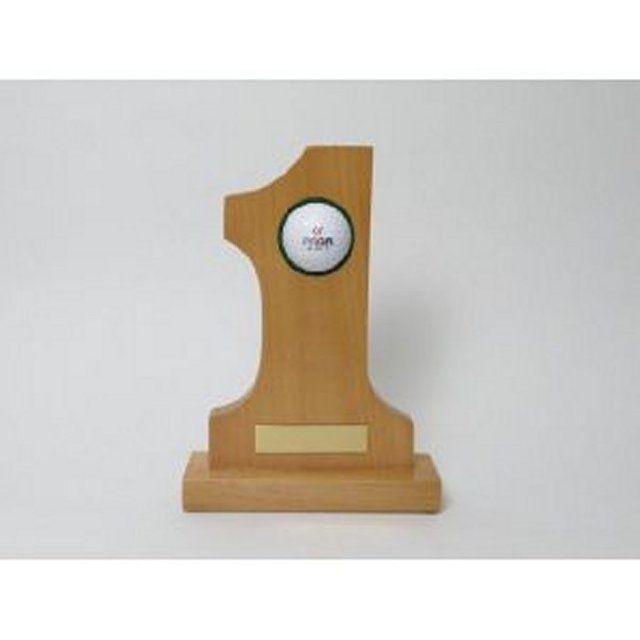 ホールインワンの記念ボール木製卓上置物です。ゴルフ人生に一度あるか無いかのホールインワン。この記念すべき出来事を記憶に留めておくのに最適なトロフィーです。ゴルフボールは付属していませんので、記念ボールなどをセットして下さい。 尚、彫り込みの時の内容、デザ...