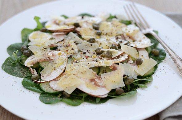 Spinatsalat mit Gurken und Pilzen