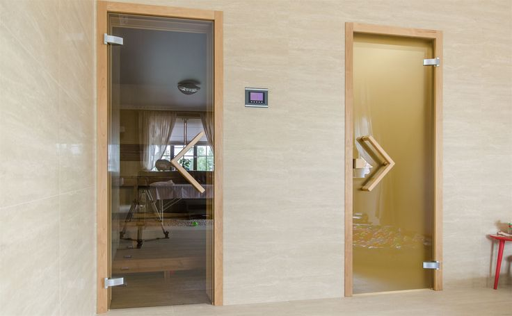 На примере одного из наших объектов хотелось бы показать, как меняется внешний вид тонированного бронзового стекла в зависимости от освещения в помещении.
