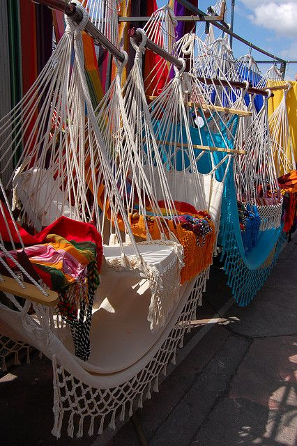 Barracas de vendas de redes no Mercado de Otavalo, Equador. O mundialmente famoso mercado de artes aos sábados é um dos mais bem conhecidos dos Andes. Os tecelões indígenas de vilas ao redor de Otavalo estão entre os mais talentosos do Equador, e ganharam reconhecimento e prosperidade a nível internacional.  No entanto, você pode comprar qualquer dia no mercado de artesanato da Praça dos Ponchos.  Fotógrafo: Jeroen Bartos, via Flickr.