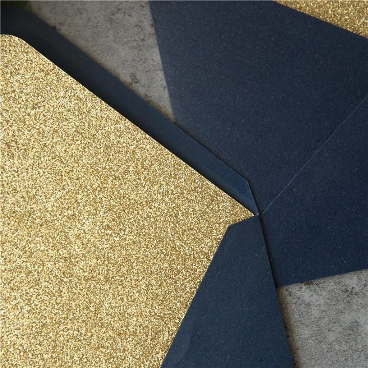 Enveloppes irisées couleur bleu avec intérieur or en papier brillant (glitter paper). Une enveloppe qui fera son plus bel effet à coordonner avec votre faire-part de mariage ou de Naissance. Enveloppes disponibles sur www.jecreemonfairepart.fr