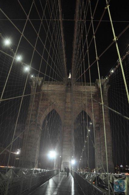 Podul Brooklyn e unul din cele mai faimoase poduri din orașul New York, SUA. E un obiectiv important pentru aceasta metropolă americană. Vreți să-l vizitați? Contactați-ne