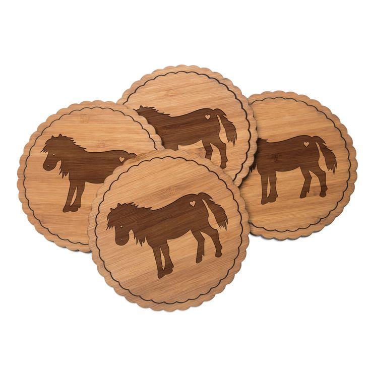 Untersetzer Rundwelle Pony aus Bambus  Coffee - Das Original von Mr. & Mrs. Panda.  Diese runden Untersetzer mit einer wunderschönen Wellenform sind ein besonderes Highlight auf jedem Esstisch. Jeder Gläser Untersetzer wurde mit viel Liebe handgefertigt und alle unsere Motive sind mit besonders viel Hingabe von unserer Designerin gestaltet worden. Im Set sind jeweils 4 Untersetzer enthalten.    Über unser Motiv Pony  123 Sommer. Blumenwiesen. Frühlingsduft. Aus dem Wald an der Koppel kommt…