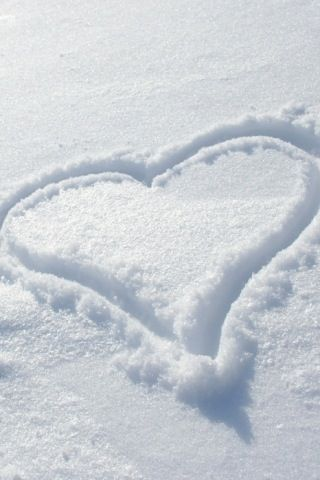 Declare your love with a heart in the sparkling snow. #Schnee #Winter