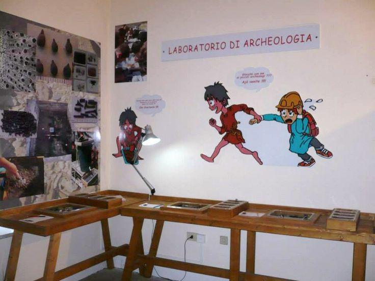 Il laboratorio di archeologia dove i reperti vengono divisi per tipologia: semi, carboni, fauna, ceramica.