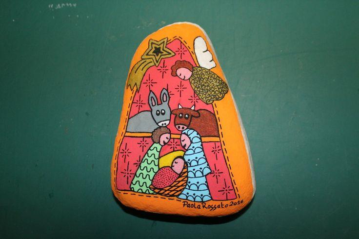 Un presepe di pietra dipinto in acrilico come idea regalo e i saluti di buon inizio dell'anno con le foto di questo natale.