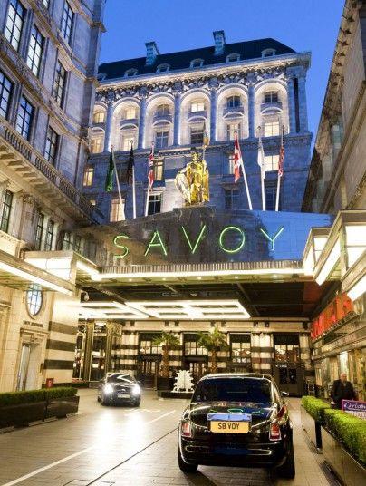London | The Savoy on the Strand met gepersonaliseerd briefpapier op je kamer. Geweldig uitzicht op de Thames. Savoy grill gerund door Gordon Ramsey, Thames foyer vol ladies en gents.