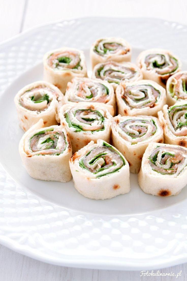 Mini wrapy z tortilli z łososiem