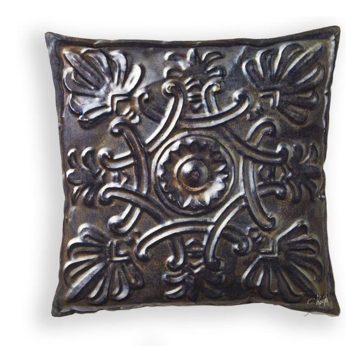Dekorativ kudde i mjukaste sammet. Det unika motiver ger karaktär till både säng, soffa samt fåtölj. Tillverkad i Frankrike, innerkudde medföljer.