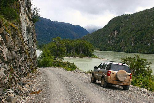 Carretera Austral bordeando el Río Baker, cerca de Caleta Tortel, Aysén, Chile.