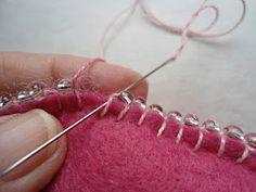 Como fazer ponto caseado com miçangas - Aprenda a contornar um coração em feltro com pedrarias para fazer um lindo sachê - VillarteDesign Artesanato