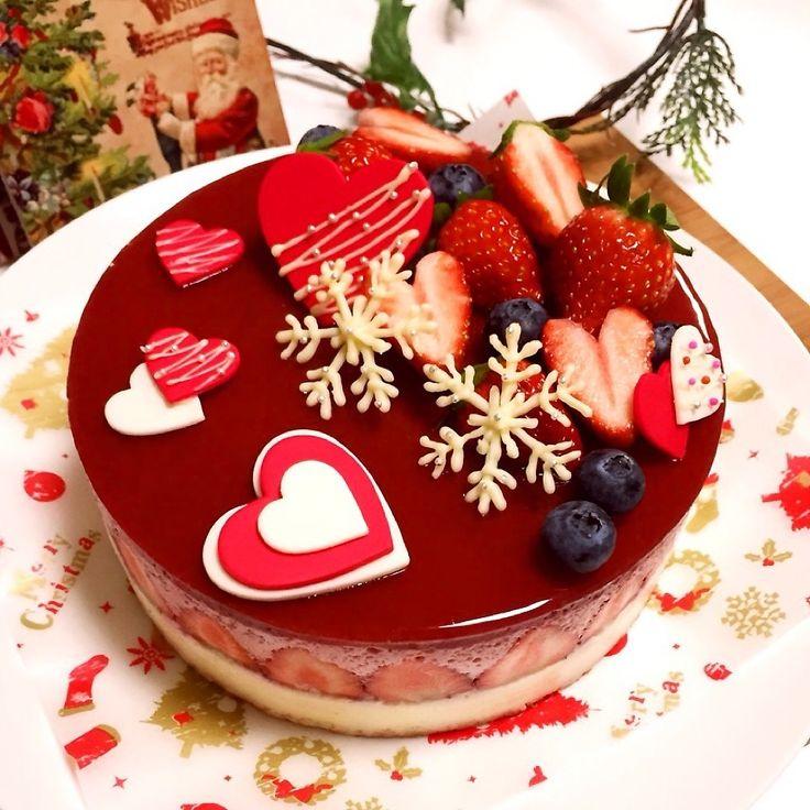 1個目のケーキは真っ白なWhiteドームケーキでしたが、2個目のクリスマスケーキは娘っちの好みに合わせて…赤×白のちょっと可愛く♡を目指した苺ムース&ホワイトチョコムースケーキです(*˘︶˘*) 下からスポンジ→ホワイトチョコムース→苺&苺ムース→苺ゼリーの4層構造です(*´艸) トッピングのハートはダイソーで売ってたチョコプレートを重ねてデコったもの(〃艸〃) 今年のケーキはギリギリまでノープランでクリスマス用のデコパーツを何も買わなかったので、お手軽に手に入るもので簡単に飾っちゃいました(笑) みなさんも素敵なクリスマスになりますように…