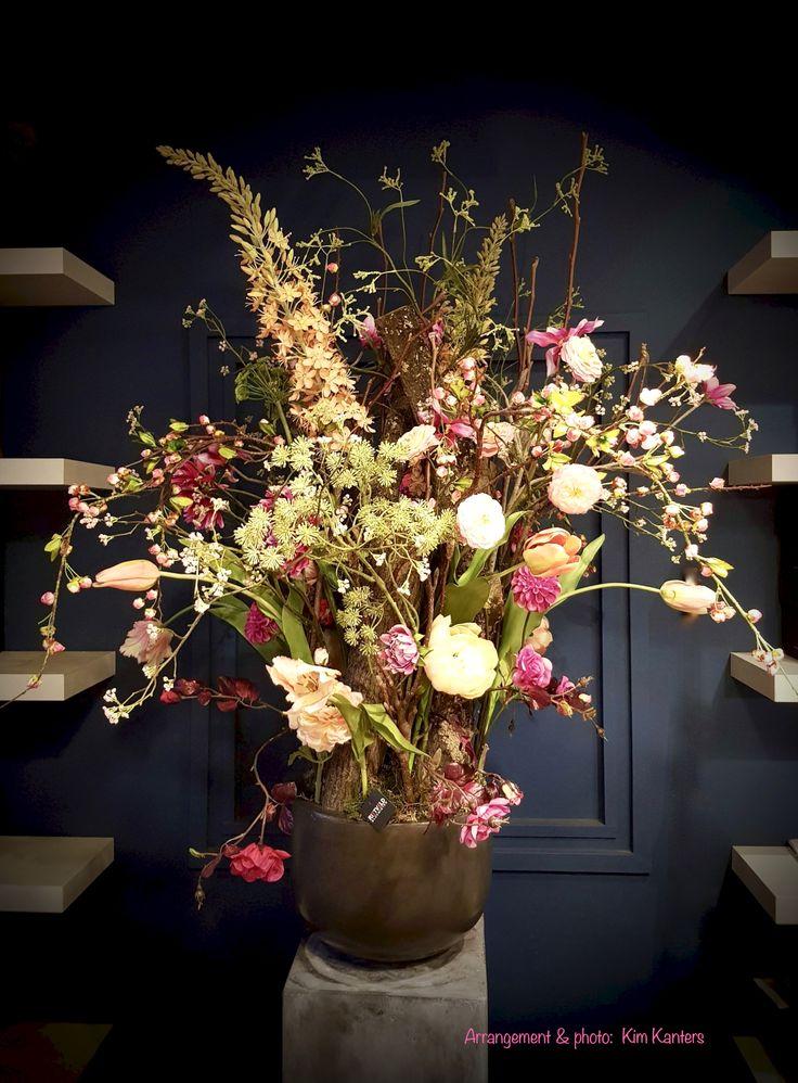 Groot bloemwerk met zijdebloemen #bloemen #flowers #flowerstyling #floralstyling #bloemstyling #bloemschikken #zijdebloemen #kunstbloemen #silkflowers #bloempot #bloemsierkunst #interieur #interieurbloemen #bloemarrangement
