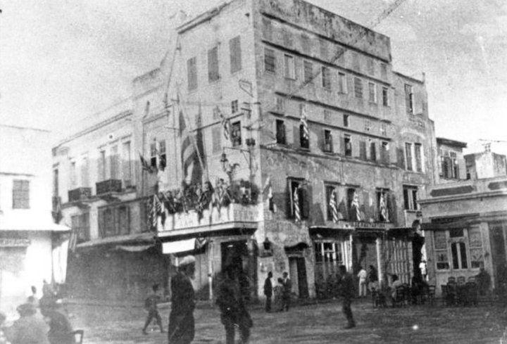 Το Παλιό Δημαρχείο Χανίων εγκαταστάθηκε στο κτίριο που βρισκόταν στην συμβολή της οδού Ναυάρχου Ποττιέ (Χάληδων σήμερα) με την πλατεία Μαυροβουνίου (Ελ.Βενιζέλου σήμερα) το 1905 και στεγάστηκε εκεί έως το 1928. Στις 12 Μαΐου 1928 μετά από μεγάλη πυρκαγιά καταστράφηκε μεγάλο τμήμα του και το Δημαρχείο Χανιών μεταστεγάστηκε στο Μεγάλο Αρσενάλι...