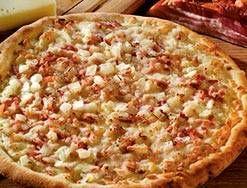 Cómo hacer Pizza carbonara. Primero ponemos unas gotas de aceite en una sartén y doramos el bacon troceado. Cuando empiece a tomar color, añadimos las yemas de huevo