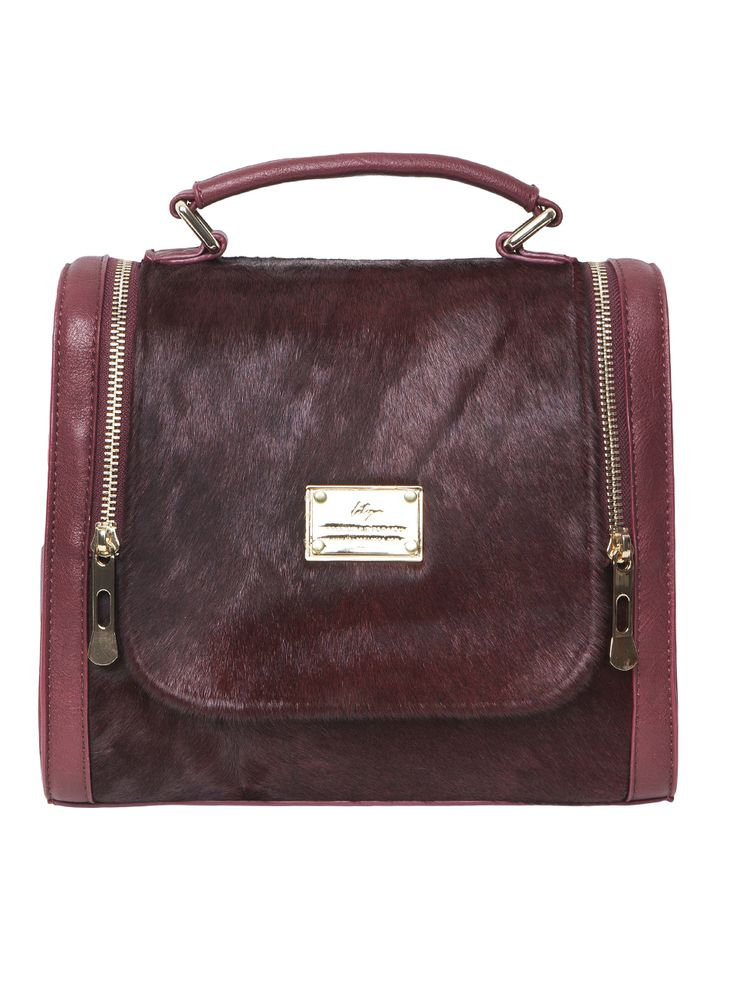 Leather handbag in burgundy.