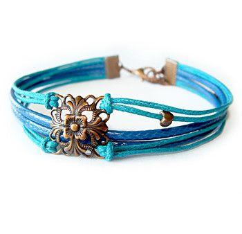 Bransoletka z woskowanego sznurka w kolorach turkusowym i niebieskim, z dodatkami i zapięciem w kolorze miedzianym